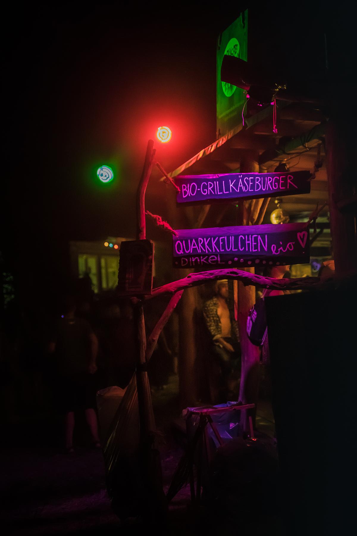 Wilde Moehre Festival Nacht Schilder